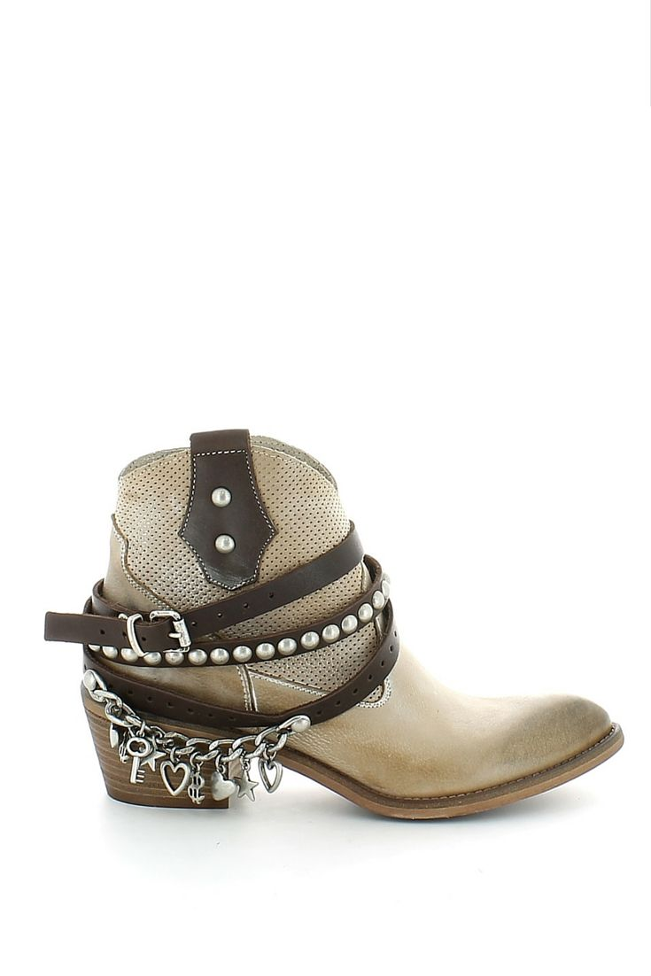 Stivale stile texano a punta in pelle beige effetto delavè, con inserto traforato e fasce (removibili) che circondano la scarpa con borchie e pendenti; soletta in pelle, tacco in legno di 5 cm e fondo in cuoio. Per uno stile unico e accattivante scegli Ovyè Made in Italy  http://www.langolo-calzature.it/it/texano-in-pelle-beige-con-borchie-e-pendenti