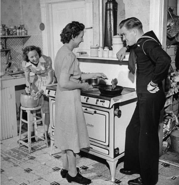 NANNY/MAID - 1940s Home on Leave vintage - Fantastic old photo of sailor, women (mom & sister?) in the kitchen.