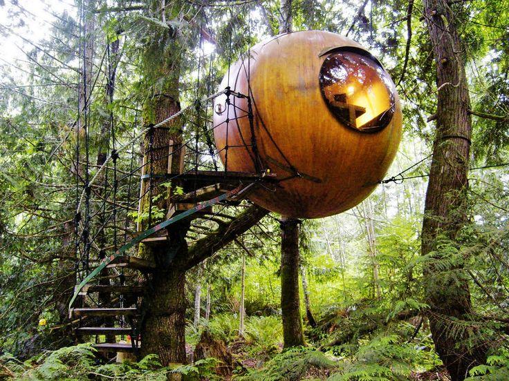 Free Spirit Spheres, Britská Kolumbie, Kanada. Tři ubytovací jednotky ve tvaru koule zavěšené v korunách stromů uprostřed lesa nabízejí nocl...