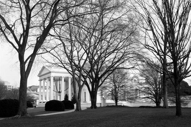 Najbardziej nawiedzone miejsca na świecie - Biały Dom, USA - wielu może to dziwić, ale dom prezydentów Stanów Zjednoczonych jest uważany za jeden z najbardziej nawiedzonych budynków w Ameryce. Podobno niektórzy prezydenci tak zasmakowali we władzy, że nie chcą z niej zrezygnować nawet po śmierci. Mówi się o obecności Wiliama Henry'ego Harrisona, Andrew Jacksona i robiącej pranie abigil Adams (żonie Johna Adamsa). Jednak najczęściej widziany jest Abraham Lincoln,