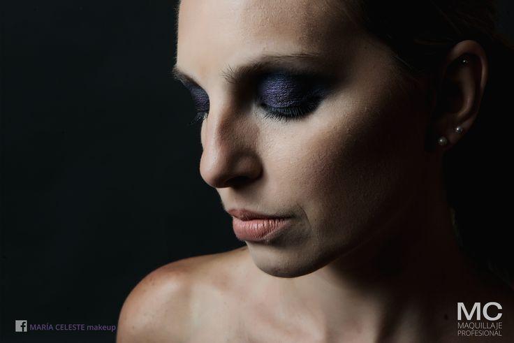 Smoke eyes realizado con fondo azul y detalles en violeta profundo - María Celeste Makeup
