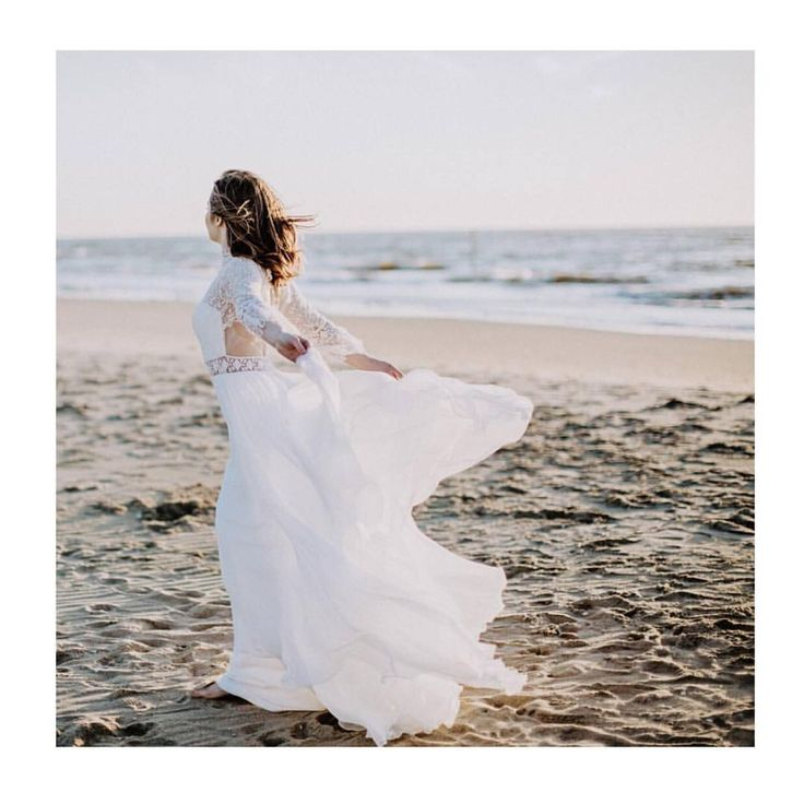 Back details of our Luna dress in this bohemian picture captured by the talented @karinameri_ #divineatelier #divineatelierbridal #bridalshooting #weddingdress #bohobride #bohemian