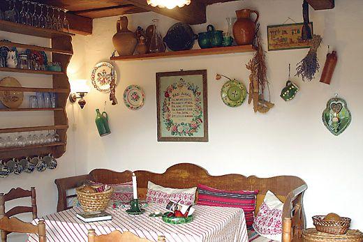 A szoba sarkában a sezlon mellett 400 éves szuszék áll