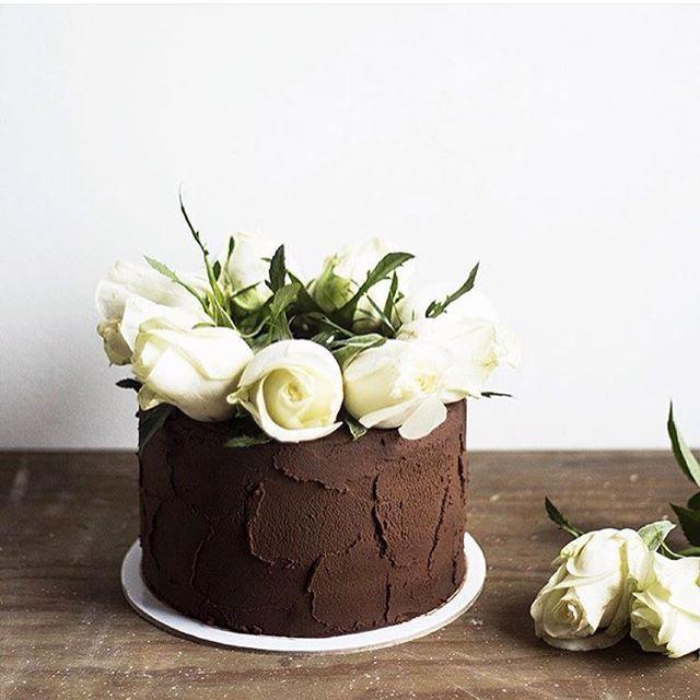 Simpel aber schick 👍🏻 und braun/weiß ist ohnehin eine Top-Kombi ❤️ #torteninspiration #soschön #rosen #schokolade #perfekt  #rg @migalha_doce (checkt den Account!😍) #hochzeitstorte