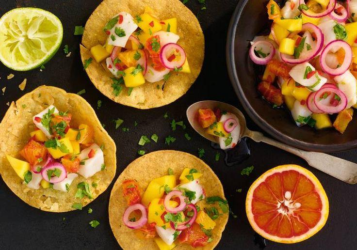 Tacokom. Ceviche paret med taco blir til en himmelsk match. Rå, norske kamskjell kler godt både sitrus, rødløk og mango.