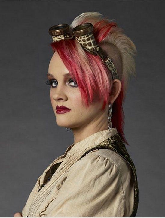 """фестиваль стимпанка  Ники """"Леди Ястреб"""" Филлипс  - леди Ястреб известна темным готическим окрасом ее стимпанк - конструкций. Она особенно любит очки, ювелирные изделия и модифицированные NERF © пушки."""