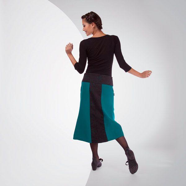 JUPE HEYTA de chez Chilia : Taille basse aux imprimés légers, ligne cintrée aux genoux, la jupe Heyta habille une jeune fille féminine, douce… et légèrement mutine grâce aux découpes et sur le devant ...