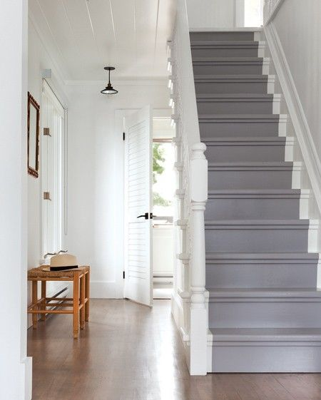 Une entrée accueillante, simple painted stairs Lake Muskoka ONtario island cottage