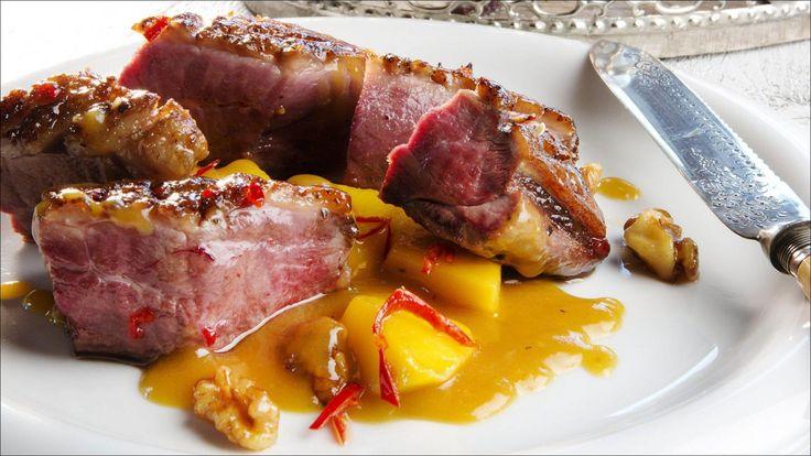 Sett fyr på det nye året med julekrydret andebryst: Mangosaus, valnøtter, chili - og råstekte poteter.