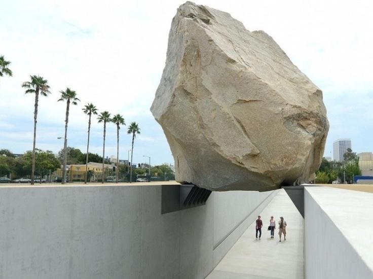 Un rocher de granite de 340 tonnes a récemment été installé au-dessus d'une allée extérieure du musée d'art du comté de Los Angeles (LACMA) - Le Nouvel Observateur