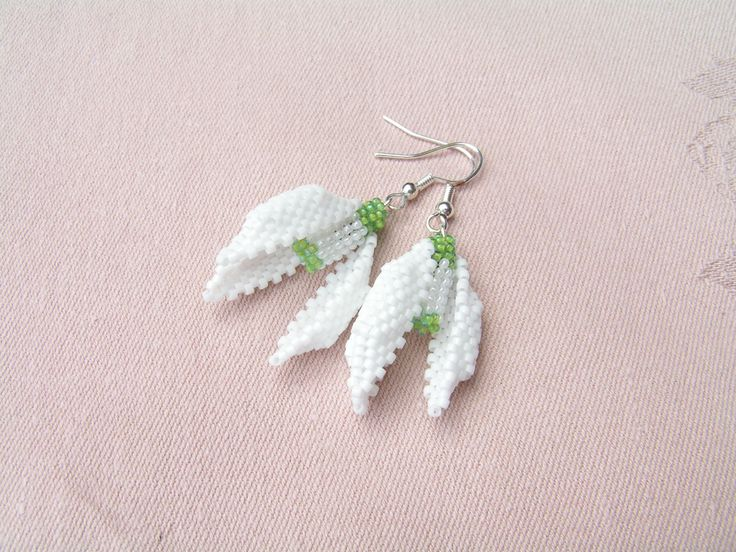 A close picture of the earrings, which total length is 4.5 cm