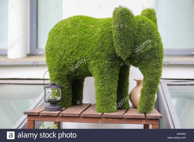 Download this stock image: Decorative figure of an elephant, green artificial grass - G542A3 from Alamy's library of millions of high resolution stock photos, illustrations and vectors.