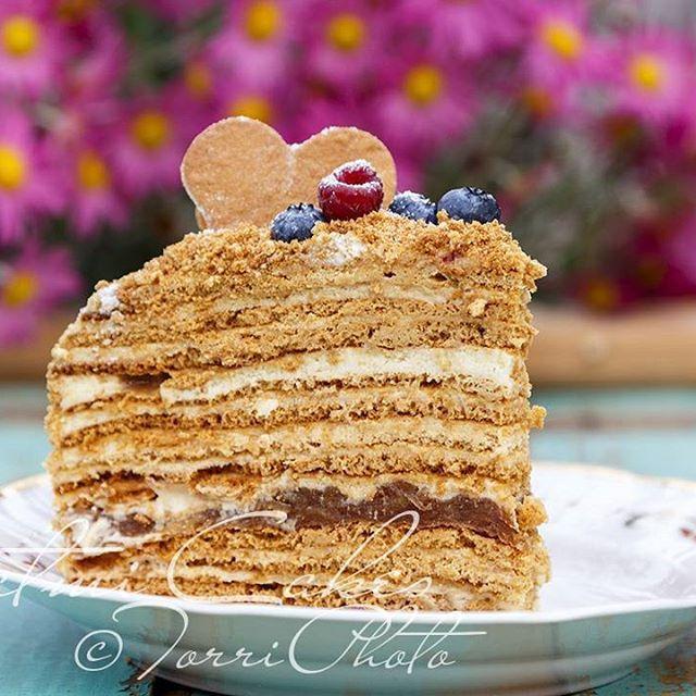"""Доброго субботнего утра!  В моём детстве торты на все праздники у нас дома и в гостях были вот такими - из множества тоненьких коржей ( Медовик, Наполеон, Рыжик...и мой любимый- вафельный с вареной сгущенкой ))) . В них были незамысловатые крема на сметане , со сгущенкой, заварной , но как же это было вкусно! Вот теперь ко Дню рождения мамули Медовик пекла я))). Правда крем вместо взбитой сметаны ( как в детстве) , стал теперь """"несколько солиднее""""- из солёной карамели, Маскарпоне…"""