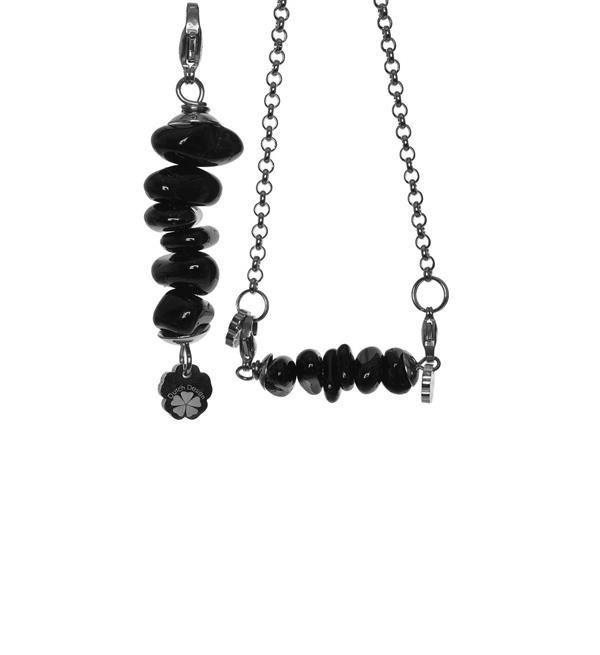 Pimps & Pearls hanger Bar Suse in zwart. Dit bedeltje is een staafje met steentjes.  Elke bedel is handgemaakt en uniek. Shop de eigentijdse handgemaakte lederen armbanden, bedels en overige accessoires @ https://www.nummerzestien.eu/pimps-and-pearls/