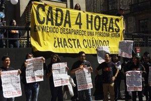 Miles de personas marcharon en la capital del país para recordar a los 43 normalistas desaparecidos el 26 de septiembre pasado (hace cinco meses), y aunque la movilización se llevó a cabo en tranquilidad, se reportaron enfrentamientos ya por la noche en algunas estaciones del Metro. En Metro Chapultepec, varios grupos de jóvenes invitaron a […]