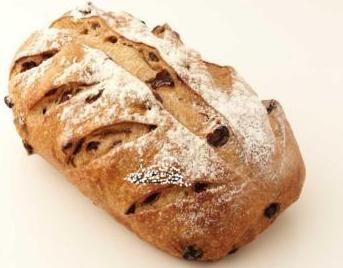 Este pan de pasas canela está llenos de pasas de uva regordeta y condimentada con canela dulce - probarlo en su receta pan francés favorito, o simplemente tostadas con mantequilla, duro en el interior y el exterior crujiente.