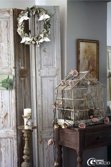 Mise en scène avec de vieux volets d'intérieur et une cage à oiseaux