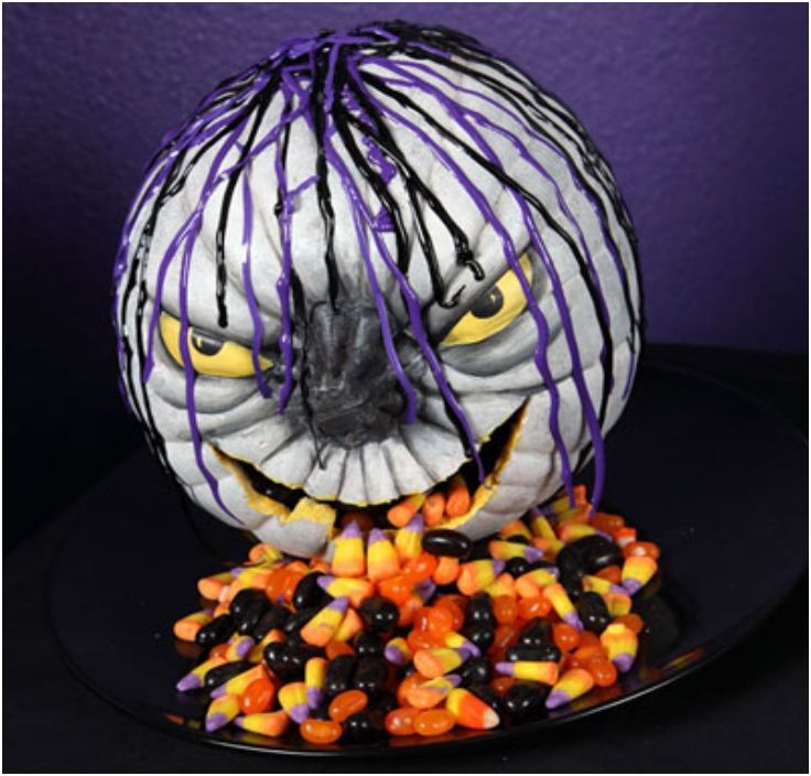 Top 10 DIY Halloween Centerpieces Made With Pumpkins. I love using the candy for centerpieces instead of in my kids tummy's.
