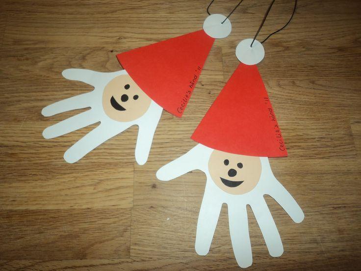 Da tøsebarnet kom til verden blev denne juletradition indført. En tilfældig dag op til jul, tegner vi tøsebarnets hænder på karton - disse b...