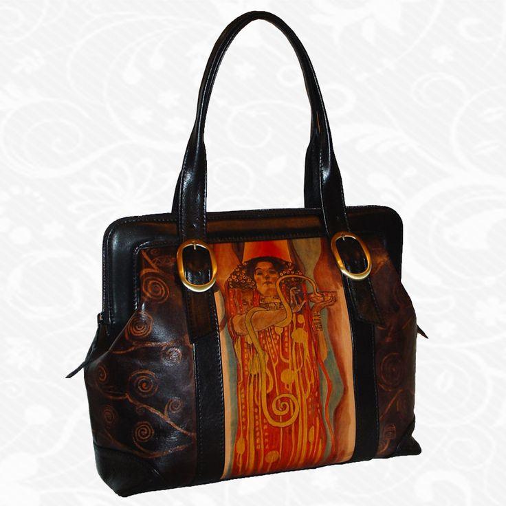 Motív: Gustav Klimt- Hygeia  Na výrobkoch sú inšpiráciou diela maliarskych velikánov, ich pozoruhodné detaily a motívy. Sú to spomienky na krásne výtvarné diela, ich pripomenutie. Na každom kuse kože je však dielo originálne namaľované tak, ako to cíti výtvarník. Preto nie sú dva rovnaké obrázky. Každý kus je originál, každý je niečím zvláštny, výnimočný, jedinečný.