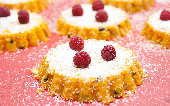 Çiğ yemiş, yağlı tohumlar ve rendelenmiş havuç ile hazırlanan sağlık dostu, kalorisi düşük ve unsuz kek tarifi size göre olabilir.