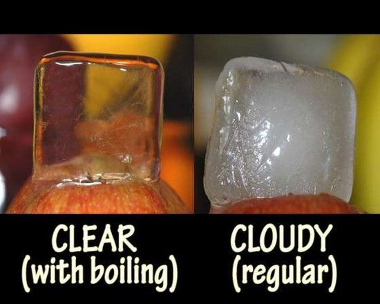 Água de torneira fica leitosa quando congelada. Para fazer cubos de gelo claros como cristal, ferva a água, deixe esfriar um pouco e encha as formas de gelo.