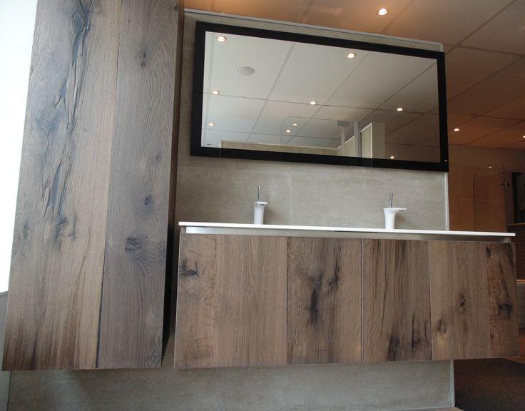 Badkamer meubel met houten onderkasten en een kolomkast