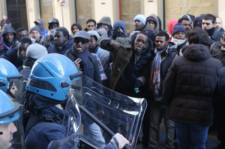 Rogo di Sesto Fiorentino, cariche della polizia al presidio dei migranti