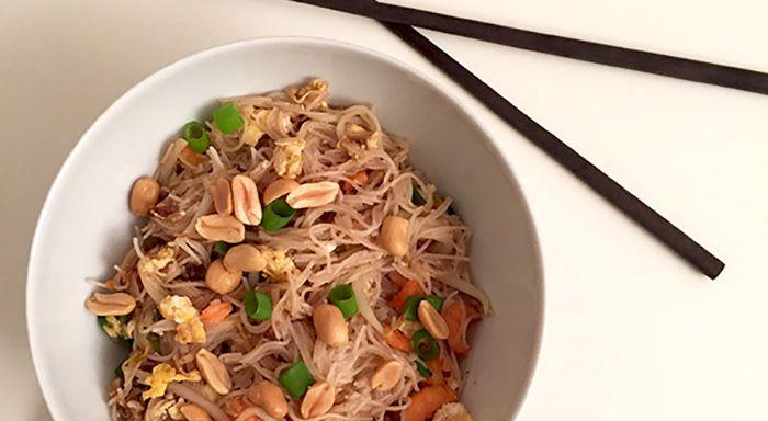 Een heerlijke Thais streetfood gerecht: Pad Thai van garnalen, rijstnoodles, roerei, pinda's en een pad thai saus. Low FODMAP, glutenvrij en lactosevrij.
