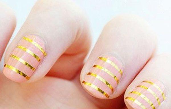 Diseños de uñas con cinta, diseño de uñas con cinta dorada.   #manicuras #nails…