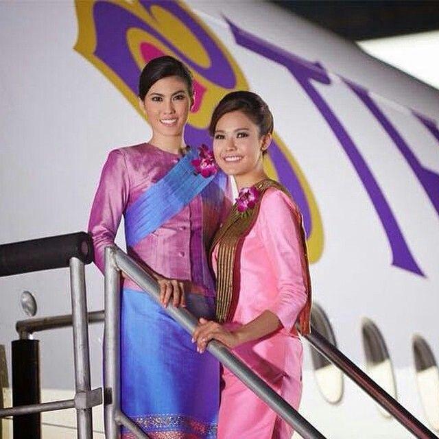 Plane Girls With Charm - Thai Airways, Flight Attendant En Plane