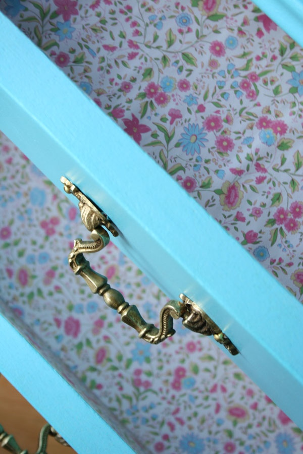 cajones forrados flores.flower lined drawers