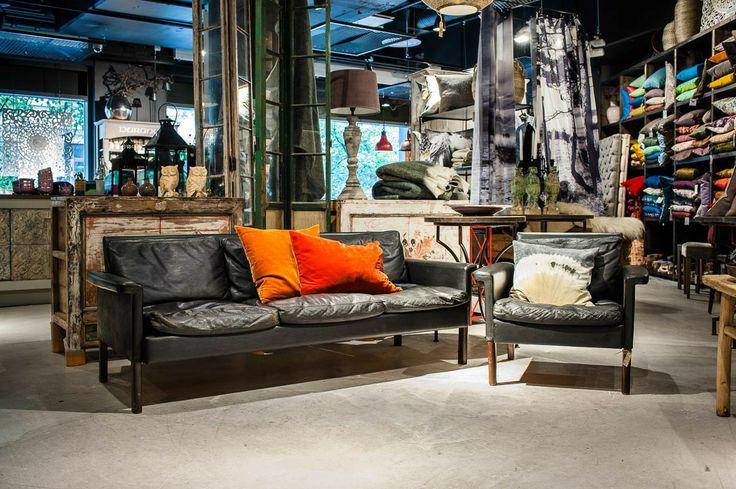 Tuff soffa i svart skinn med mörka träben. Original från Mio, 1960-tal. Priset gäller för soffan på bilden, fåtöljen är såld.Mått på soffan är ca 187x80 cm, sitthöjd ca 40 cm.