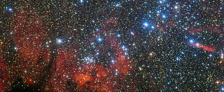 Karina'da Bir Yıldız Kümesi  ESO'nun Şili'de bulunan Paranal Gözlemevi'ndeki MPG/ESO 2.2-metre teleskopu ile alınan bu renkli yeni görüntüde NGC 3590 yıldız kümesi görülmektedir. Buradaki yıldızlar karanlık toz parçalarından ve parlayan zengin gaz bulutların danoluşan dikkat çekici manzarının önünde ışıldamaktadırlar. Bu küçük yıldızsal kümelenme gökbilimcilere bu yıldızların nasıl oluşup evrimleştikleri hakkında ipuçları sağlamaktadır...