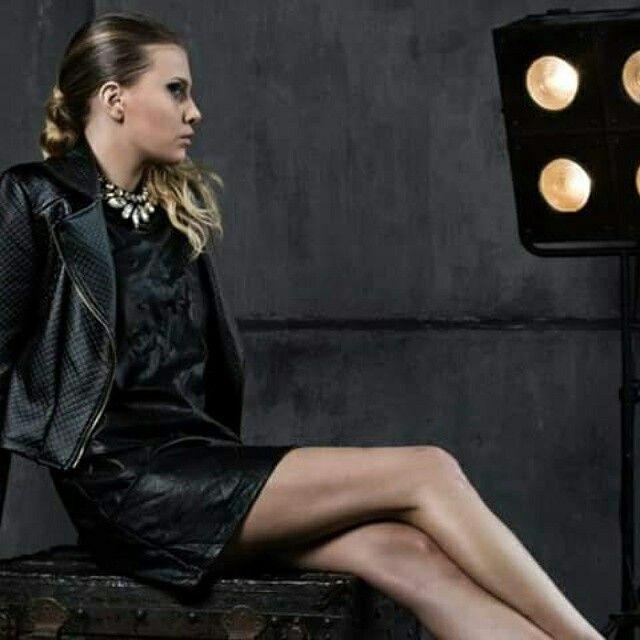 Total look black in ecopelle, un trend di quest'anno con accessori super luminosi per rendere il look più sofisticato, trovate tutto nei nostri punti vendita. www.cvgmoda.com