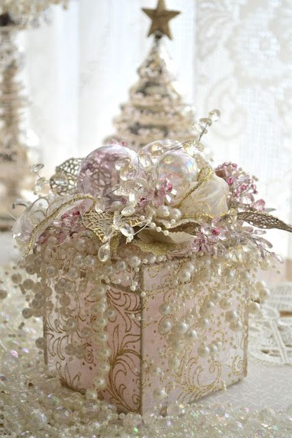 This site has some beautiful Christmase Decor Ideas!   Glitter of Winter
