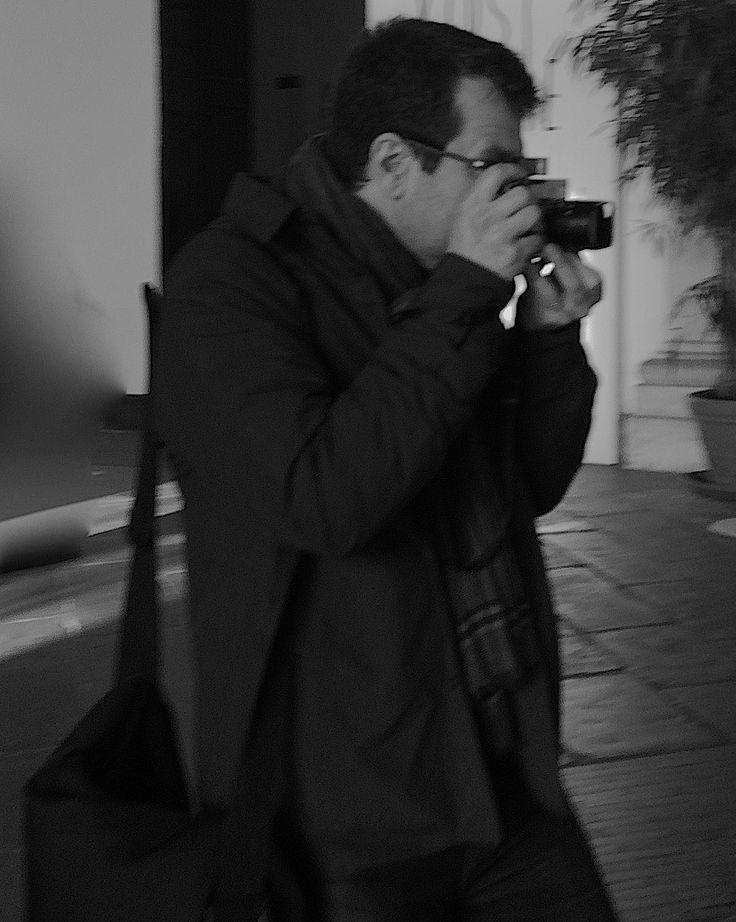 Der #Privatdetektiv – geheimnisumwittert u. bewundert. Privatdetektive treten meist auf den Plan, wenn die private Krise dringend nach #Informationen , Beweisen und Sicherheitskonzepten verlangt. Sie nennen sich #Privatschnüffler , Private Eye, #Privatermittler , Private Investigator ( #pi ), Private Detective oder #InquiryAgent – was sie alle eint, ist der meist ehemals berufliche Background bei #Polizei , #Nachrichtendienst oder #Militär sowie Talent fürs geschickte Befragen u. Beobachten.