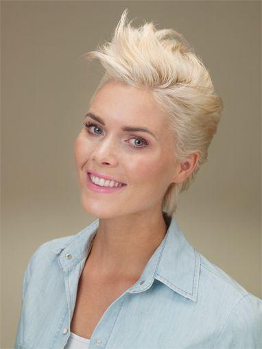 Kies eens voor een frisse blonde kleur of misschien zelfs wit! Deze koele blonde kleuren staan geweldig in korte kapsels. Wie van jullie heeft er wel eens een spierwitte haarkleur gehad? Of ga jij liever voor safe en kies jij een koele blond variant?