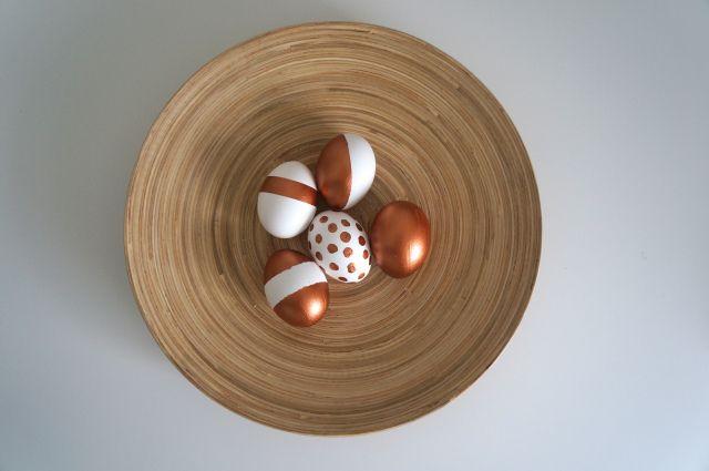 Eastereggs. Blown out eggs with copper painting. Påskeæg: pustede æg malet med kobber akryl maling