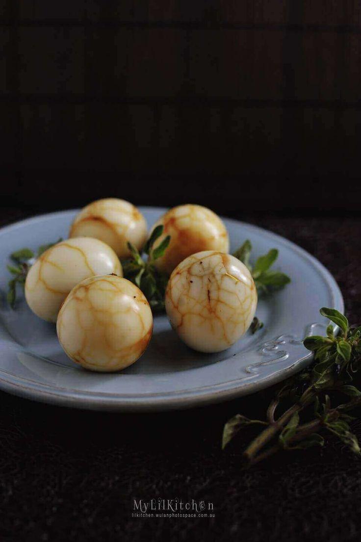 1. Rebus telur ayam, kulit bawang merah, lengkuas, daun salam, garam, dan air sampai setengah matang.  2. Angkat telur. Memarkan kulitnya sampai retak.  3. Rebus lagi sampai matang di atas api kecil.....       find out more indonesian cuisines recipes and tips at cook-in2.com