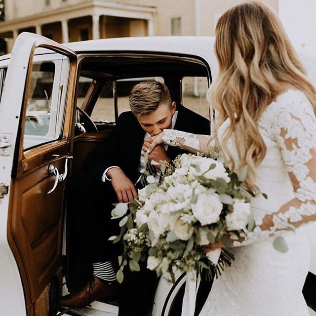 Class act ✨ How sweet! Love this heartwarming gesture and beautiful couple captured by @jordy_b.photo ✨ Tag someone you know who would love this! .