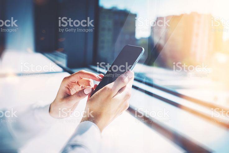 Девочка касаясь экрана ее smarthone. Размытый фон горизонтальной Стоковые фото Стоковая фотография