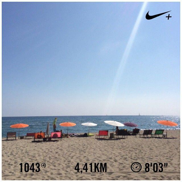 """Le """"décrassage"""" du dimanche matin : ✔️ Maintenant, si vous me cherchez, je suis sous le parasol orange!  Happy Sunday!!! ☀️☀️☀️ #nikeplus #run #done #challengerunningseptembre #durdurdesyremettre #footing #torreilles #leucate #méditerranée #sunday #plage #playa #fatboy #poulpe"""