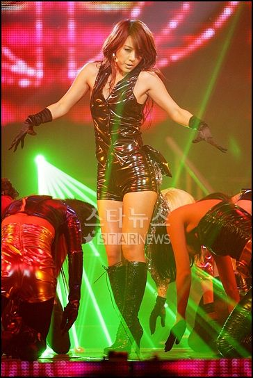 Lee Hyori's outfit on stage performing Toc Toc Toc in 2007.
