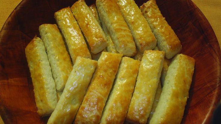 A ropogtatni valók kedvelői rajongani fognak ezért a receptért! Pillanatok alatt összedobható, de gyorsan el is fogy! Hozzávalók  30 dkg liszt 15...