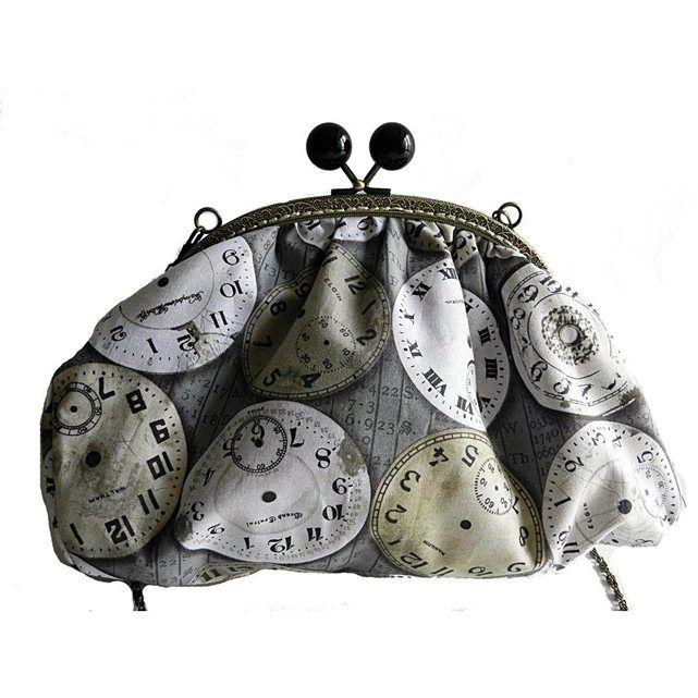 Sac rétro en tissu imprimé horloges MAUVE & CAPUCINE : prix, avis & notation, livraison. Sac rétro en tissu imprimé horloges, de la marque Mauve & Capucine Sac rétro en tissu imprimé horloges ; il s'agit d'un modèle unique. Dimensions : Hauteur 19 cm. Largeur 28 cm. Bandoulière de 120 cm. Mauve & Capucine, une marque artisanale de bijoux, boutons et accessoires textiles originaux, entièrement et soigneusement faits main en France. ; Longueur : 28 cm Hauteur : 19 cm ; Lavage main, 30° max…