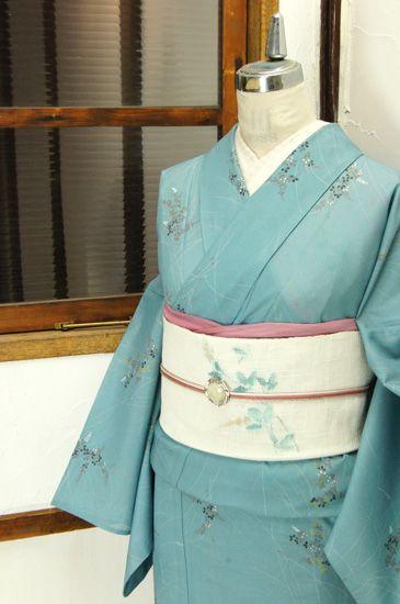 ほのかに鼠色をおびた淡い空色に、秋風に揺れるような萩の花楚々と美しい草野原が染め出された化繊絽の夏着物です。 #kimono