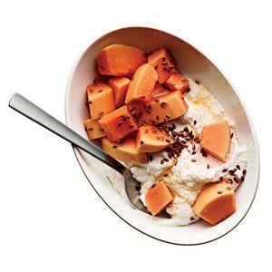 Ricotta s medem Jeden šálek částečně odtučněného sýru ricotta smíchejte se lžící medu. Zasypte polovinou šálku nasekané papáji a lžičkou lněných semínek.