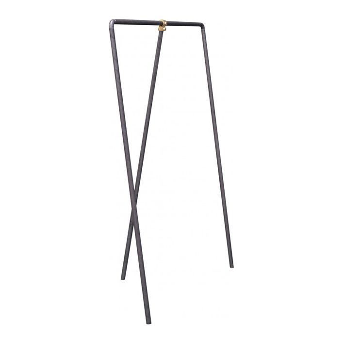 Enkelt og råt tøjstativ fra Clarrods. Stativet er fremstillet af støbejern og er justerbart.  Størrelse:L 100 x H 150 cm.  Vi sender fragtfrit. Hvis du har nogle spørgsmål er du velkommen til at sende en mail, fange os på chatten eller ringe.
