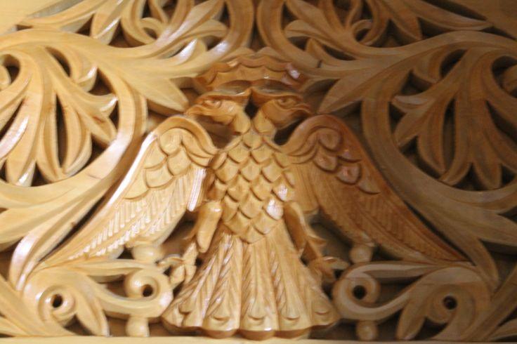 Águila de dos cabezas en madera.